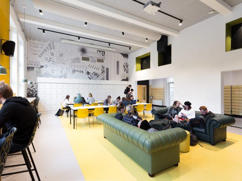 Kleurige pauzeruimte van het Stedelijk Gymnasium Nijmegen.